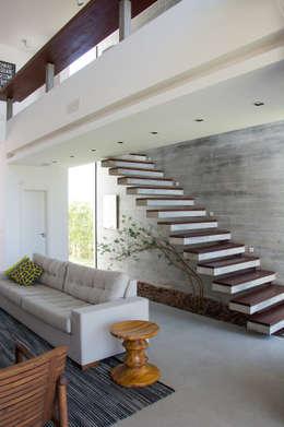 modern Corridor, hallway & stairs by SBARDELOTTO ARQUITETURA