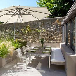 Jardines de estilo moderno por  GARDEN TROTTER