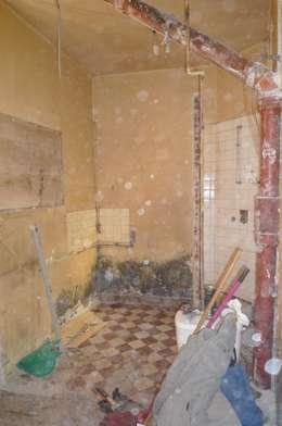 La cuisine et la salle de bain avant:  de style  par Géraldine Laferté