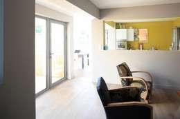 Transparence: Salon de style de style Scandinave par bertin bichet architectes