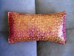 Kissenhülle Seidenbrokat Samt, Marsala Pink Gold, Indien Gold: klassische Wohnzimmer von KunstKaufRauschArtig