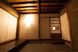 山梨の舎Ⅱ(民家再生)‐土間の玄関: 有限会社中村建築事務所が手掛けた壁です。