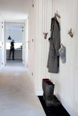 Couloir et hall d'entrée de style  par Binnenvorm