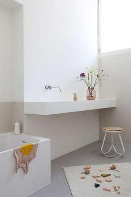 Kinderbadkamer in oude school te Amsterdam: minimalistische Badkamer door Studiodoccia.