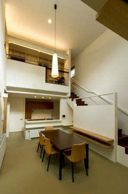 -モビリティハウスの試み- 3世代女子のための車椅子対応住宅: アウラ建築設計事務所が手掛けたリビングです。