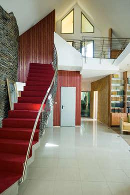 Dom Własny : styl , w kategorii Korytarz, przedpokój zaprojektowany przez autorskie studio architektury