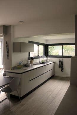 Petit Cube: Cuisine de style de style Moderne par Fabrick d'Architecture Nantaise