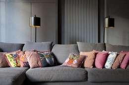 Duplex 2ème: Salon de style de style Moderne par STUDIO SANDRA HELLMANN