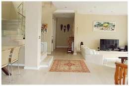 Beige: Salones de estilo mediterráneo de Cardellach Interior & Events