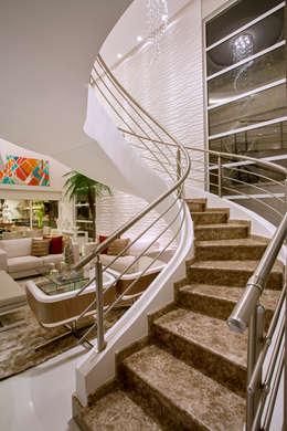 Pasillos y hall de entrada de estilo  por Designer de Interiores e Paisagista Iara Kílaris