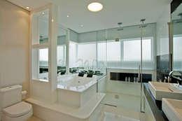 Baños de estilo moderno por Designer de Interiores e Paisagista Iara Kílaris