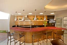 Piscinas de estilo moderno por Designer de Interiores e Paisagista Iara Kílaris