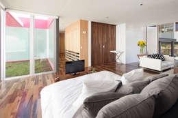 Dormitorios de estilo  por Echauri Morales Arquitectos