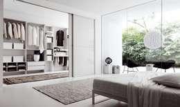 Projekty,  Garderoba zaprojektowane przez EBAE INTERIORISME