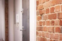 Projekt Wnętrza:  Mieszkanie w dawnym zabrzańskim familoku.: styl , w kategorii Korytarz, przedpokój zaprojektowany przez Akuratnie