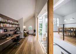 クレバスハウス <空間のズレ>が生みだす快適な生活: 株式会社seki.designが手掛けたリビングです。