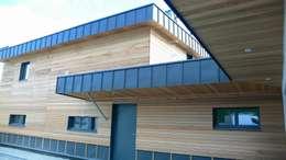 la façade nord: Maisons de style de style Moderne par Yannick Leroy, architecte