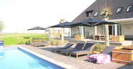 zwembad woning Noord-Holland: landelijk Zwembad door AVEM Architecten