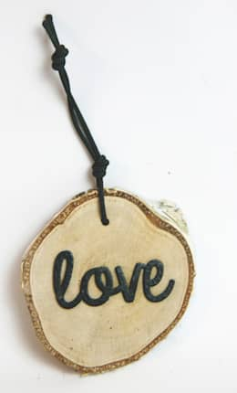 Plasterek drewniany z czarnym napisem LOVE: styl , w kategorii Salon zaprojektowany przez Grin House Design s.c.