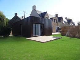 Rénovation longère extension bois et zinc – Locmariaquer: Maisons de style de style Moderne par atelier 742