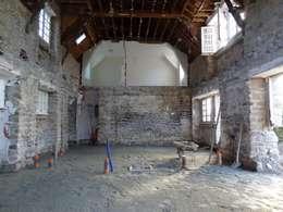 Rénovation longère extension bois et zinc – Locmariaquer:  de style  par atelier 742
