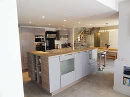 Rénovation longère extension bois et zinc – Locmariaquer: Cuisine de style de style Moderne par atelier 742