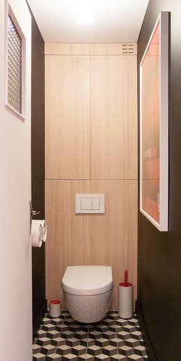 Toilettes: Salle de bains de style  par Antoine Chatiliez