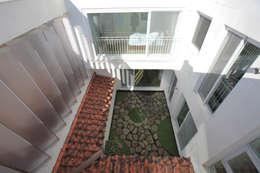 2층 다가구 중정: 현앤전 건축사 사무소(HYUN AND JEON ARCHITECTURAL OFFICE )의  베란다