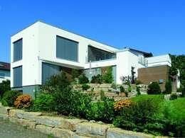 Fassade mit Vorgarten: moderne Häuser von Skan-Hus GmbH