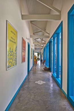Pasillos, vestíbulos y escaleras de estilo  por Beth Marquez Interiores