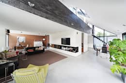 Living/Dining met vide naar slaapverdieping: moderne Woonkamer door Beltman Architecten