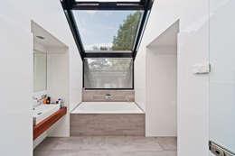 Badkamer met glazen dak: moderne Badkamer door Beltman Architecten