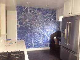 Paredes y pisos de estilo  por Wallpapered