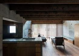 中浦和の住宅: 井上洋介建築研究所が手掛けたリビングです。