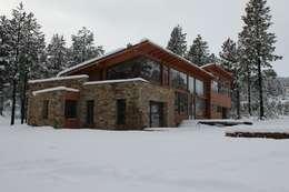 Casa Chapelco Golf - Patagonia Argentina: Casas de estilo moderno por Aguirre Arquitectura Patagonica
