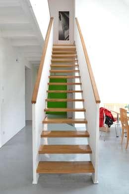 Halle mit Treppe: moderne Esszimmer von arieltecture Gesellschaft von Architekten mbH BDA