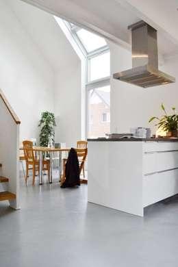 Halle mit Kochstelle: moderne Küche von arieltecture Gesellschaft von Architekten mbH BDA