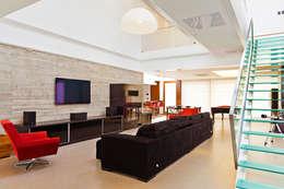 Salas de estilo moderno por 4D Arquitetura