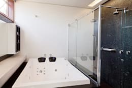 CASA HAACK: Banheiros modernos por 4D Arquitetura