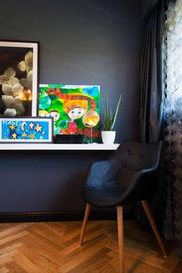 przestronny dom w kolorystyce black&white: styl , w kategorii Sypialnia zaprojektowany przez RedCubeDesign