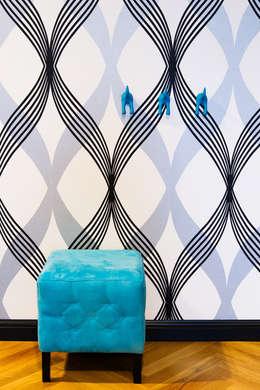przestronny dom w kolorystyce black&white: styl , w kategorii Korytarz, przedpokój zaprojektowany przez RedCubeDesign