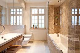 Sanierung Wohngebäude: klassische Badezimmer von xs-architekten