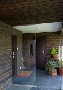 Dom w Burowie: styl , w kategorii Korytarz, przedpokój zaprojektowany przez WIZJA