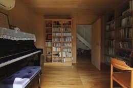 eclectic Media room by 早田雄次郎建築設計事務所/Yujiro Hayata Architect & Associates
