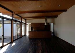諏訪の住宅: 井上洋介建築研究所が手掛けたダイニングです。
