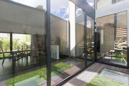 en coeur d'ilôt: Maisons de style de style Moderne par agence MGA architecte DPLG