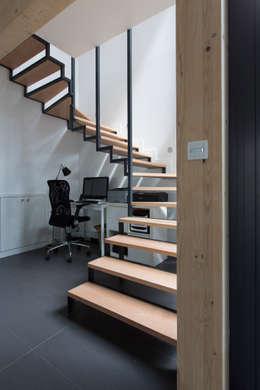en coeur d'ilôt: Couloir, entrée, escaliers de style de style Industriel par agence MGA architecte DPLG
