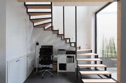 en coeur d'ilôt: Bureau de style de style Industriel par agence MGA architecte DPLG