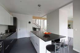 Cocinas de estilo minimalista por agence MGA architecte DPLG