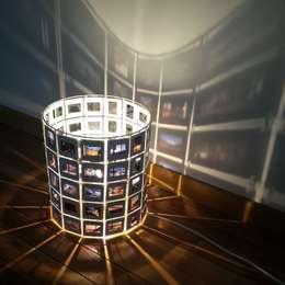 Lampe Diapo: Salon de style de style eclectique par Karteko